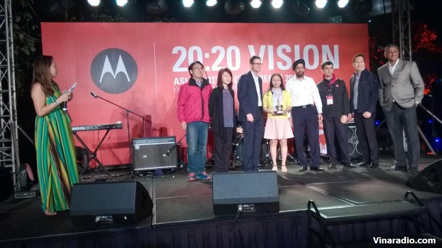 Đại diện Nhà phân phối tại Việt Nam nhận cúp Motorola tặng